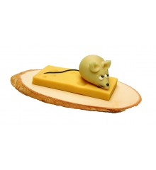 Myš se sýrem na dřevěné desce – baleno ve smršťovací folii - marcipánová figurka - marcipán
