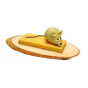 Myš se sýrem na dřevěné desce – baleno ve smršťovací folii - marcipánová zvířátka - marcipán